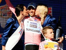 Alberto Contador luce la 'maglia' rosa que lo identifica como líder del Giro de Italia.