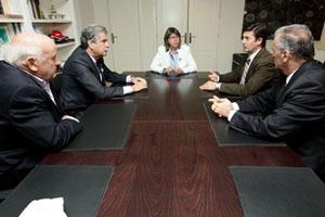 Los conselleiros do Mar, Rosa Quintana (al fondo), y Medio Rural, Samuel Juárez (a su izquierda), en la reunión.