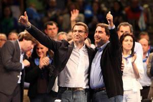 El presidente de la Xunta y del PPdeG, Alberto Núñez Feijóo, con el alcalde electo de A Coruña, Carlos Negreira.