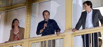 La presidenta electa del Partido Popular al Consell Insular de Mallorca María Salom (i) junto al presidente electo al Parlamento de las Islas Baleares, José Ramón Bauzá (c) y el alcalde electo del Ayuntamiento Palmesano Mateu Isern (d) en el balcón de la sede del partido, tras conocerse los resultados de las elecciones.