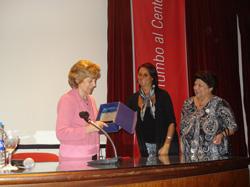 La profesora Evedith Hosli impartió la charla.