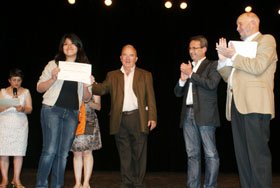 Entrega del diploma a una de las ganadoras del certamen.