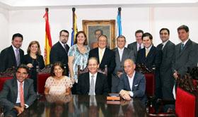 Beatriz Mato y Santiago Camba con los directivos de la Hermandad Gallega de Caracas.