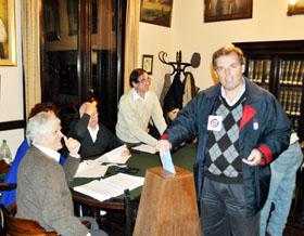 El nuevo presidente del Centro Gallego, Jorge Torres, en el momento de votar.