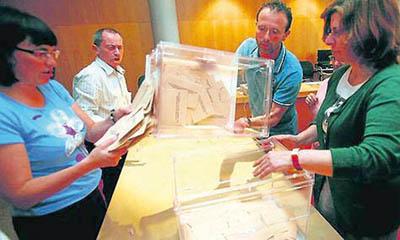 Un momento del escrutinio el 25-M en la Junta Electoral.