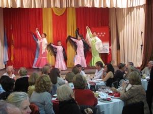 El grupo de baile de la institución en su acto de presentación.