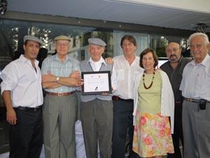 Juan Palomar muestra orgulloso su diploma de Madrileño Distinguido del Año.