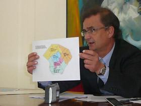 El cónsul general adjunto Juan José Escobar muestra las cinco zonas electorales en las que se dividió la ciudad de Buenos Aires.