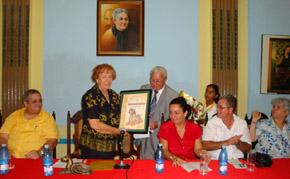 Carmelo González entregó a la profesora Mª Dolores Ortíz el 'Reconocimiento Bardino canario'.