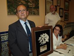 Emiliano Carretero recibe el premio.
