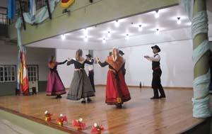 Actuación de baile del grupo de la entidad.
