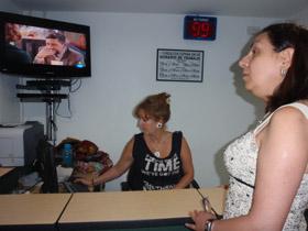 La doctora Isabel Duarte verifica con la recepcionista el número de pacientes en espera.