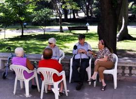 Un grupo de emigrantes mayores en el Hogar Español de Montevideo.