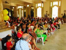 Asistieron un centenar de niños acompañados de sus familiares.