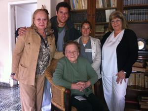 La presidenta de la Casa Balear Villa María, Raquel Mercadal, con las trabajadoras y usuarios.