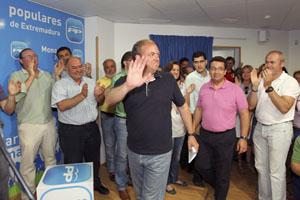 Monago (c), a su llegada a la sede regional del PP tras conocer la decisión de IU de abstenerse.