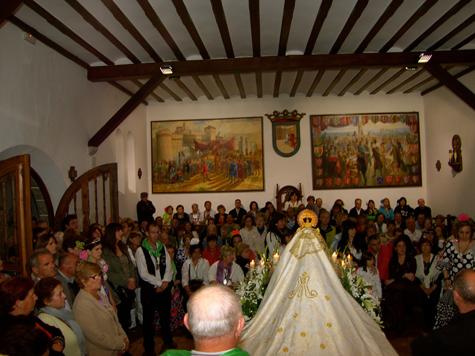 Los andaluces ante la Virgen tras cantar la Salve Rociera.