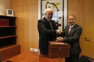 Traspaso de poderes entre Albert Moragues y Toni Gómez, que asume la Conselleria de Presidència.