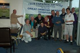 Los ganadores del torneo benéfico posan con sus trofeos.