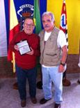 Filisberto Herrera recibió la placa de manos de Andrés Betancor.