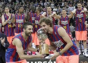 Navarro y Grimau levantan la copa de campeones de la Liga ACB.