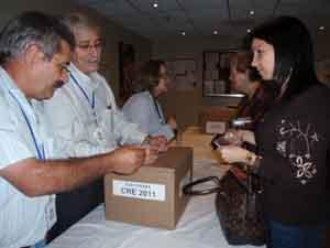 Electores votando e las mesas instaladas en el Consulado General de la ciudad de Caracas.
