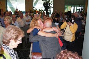 Los participantes en 'Reencontros na Casa' fueron recibidos en Lavacolla por sus familiares.