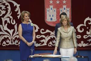 La consejera de Presidencia y Justicia, Regina Plañiol, jura su cargo ante la presidenta Esperanza Aguirre.