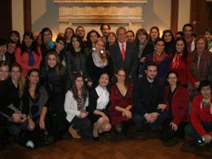El embajador Rafael Estrella con los jóvenes participantes.