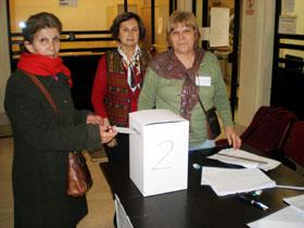 Una emigrante deposita su voto en una de las urnas habilitadas en el Consulado General de España en Buenos Aires.