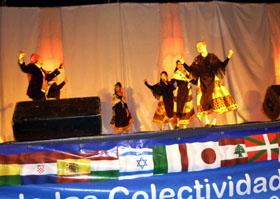 El Grupo 'Encina y Jara' del Centro Extremeño de Santa Fe bailando jotas, rondeñas y fandangos.