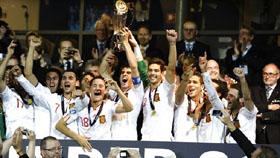 Los jugadores de España celebran el título de campeones de Europa.