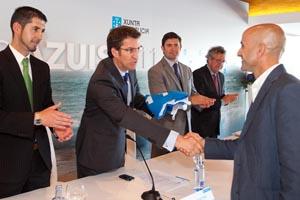 Feijóo entrega una de las banderas azules concedidas a puertos y playas.