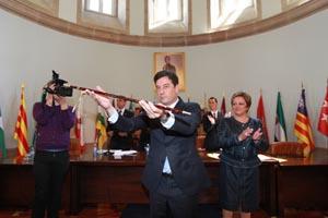 Gómez Besteiro muestra el bastón de mando tras tomar posesión.