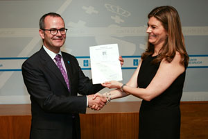 El conselleiro Jesús Vázquez recibe la distinción internacional.