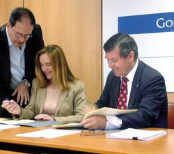 Un momento de la firma con la ONCE.