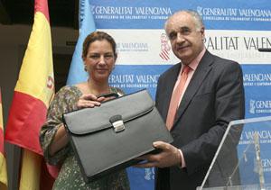 Paula Sánchez de León  recibe la cartera de participación ciudadana y administración local de manos de su anterior responsable, Rafael Blasco.