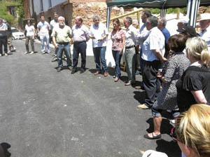 Migoya con el alcalde de Somiedo y vecinos de Pineda.