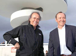 Joan Manuel Serrat y Kevin Spacey en el Niemeyer.