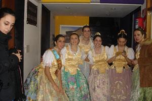 Las chicas del conjunto de danzas, segundos antes de salir.