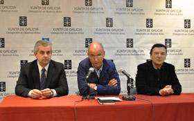 López Dobarro, Santiago Camba y José María Vila Alén, en un momento del encuentro con los jóvenes.