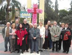 Participantes en la fiesta ante la Cruz de Mayo.