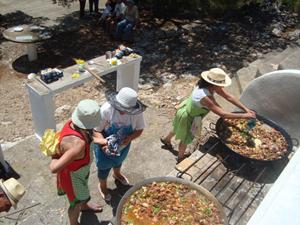 Preparando las paellas.