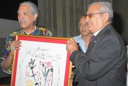 Manuel Vallejo hace entrega del Premio al poeta y etnólogo Rogelio Martínez Furé.