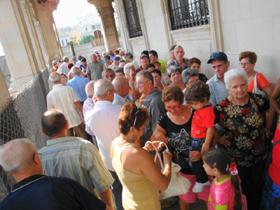 Colas para votar ante el Consulado de España en La Habana.