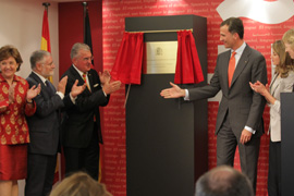 Don Felipe descubrió la placa en la nueva sede del Instituto Cervantes.