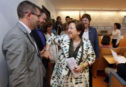 Pilar Farjas recibe la felicitación de parte del equipo de la Consellería de Sanidade.