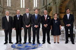Feijóo y el conselleiro de Presidencia, Alfonso Rueda, con los galardonados.