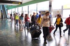 Los jóvenes a su llegada al aeropuerto de Santiago.