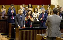 Griñán, junto a la consejera Mar Moreno, recibe el aplauso del grupo socialista.